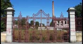 7-Um dos portões principais de acesso à fábrica