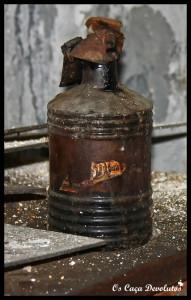 34-Um utensílio de trabalho deixado na banca de madeira(800)